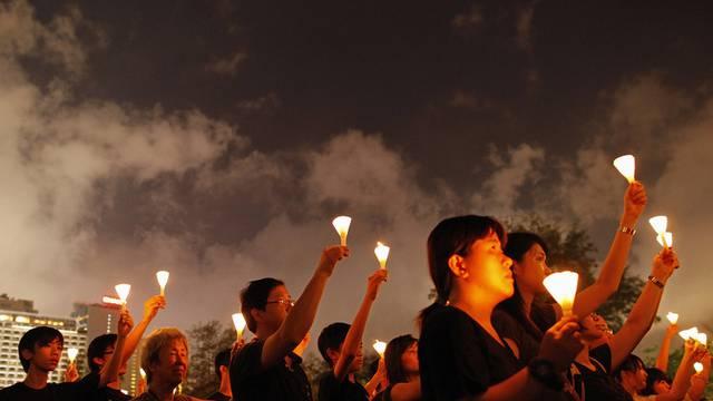 Tausende erinnern in Hongkong mit Kerzen an das Massaker in Peking vor 22 Jahren