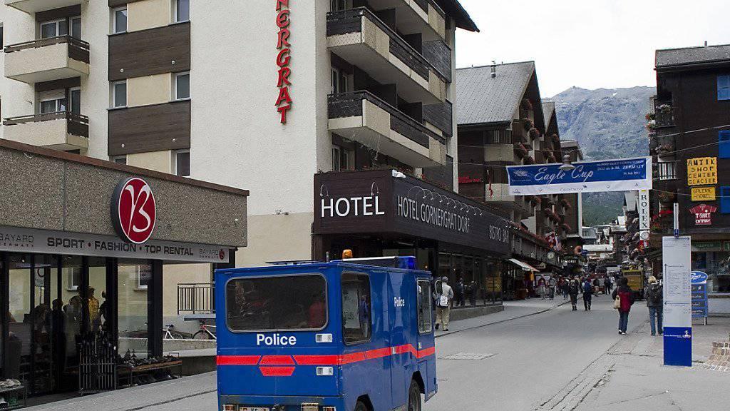 Ein elektrisches Polizeifahrzeug verkehrt in Zermatt, das für den privaten Autoverkehr gesperrt ist. (Symbolbild)