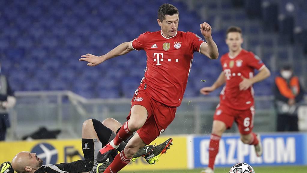 Robert Lewandowski umkurvt Pepe Reina und bringt die Bayern in der 9. Minute mit 1:0 in Führung