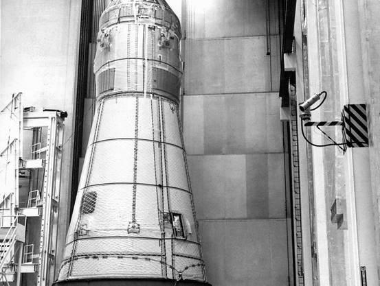 Am 6. Februar 1969 wurde in den Werkhallen des Kennedy Space Centers in Florida die Apollo-10-Raumkapsel auf einen Tieflader gehoben, um schliesslich auf die Saturn-Trägerrakete montiert zu werden. (Archivbild)