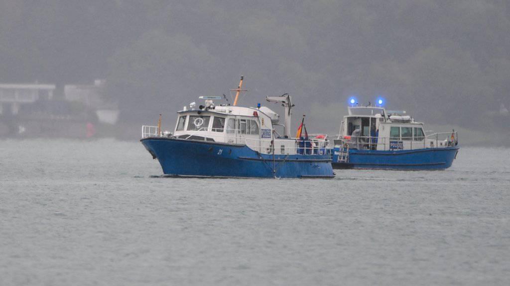 Boote der Einsatzkräfte fahren an der Absturzstelle auf dem See. Die beiden Insassen des wahrscheinlich von einem Schweizer geflogenen Kleinflugzeuges sind bei dem Unfall vermutlich ums Leben gekommen.