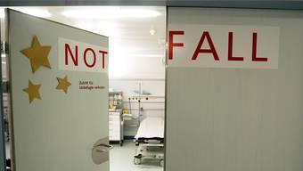 Statt zum Hausarzt gehen viele Menschen direkt ins Spital. Dies verursacht hohe Gesundsheitkosten. (Symbolbild)