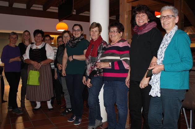 Rosi Küng (dritte von links) bedankt sich auch dieses Jahr wieder mit einem kleinen Präsent bei der tatkräftigen Unterstützung der Landfrauen am «Stöcklikaffi».
