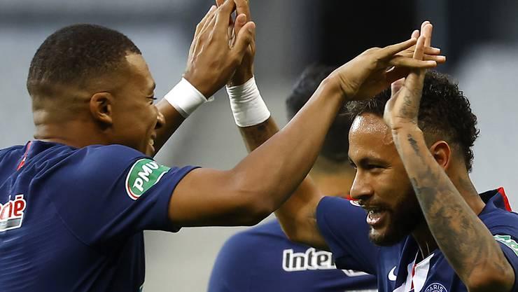Kylian Mbappé (links) und Torschütze Neymar freuen sich nach dem einzigen Tor im französischen Cupfinal