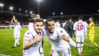 Matchwinner Bastien Thoma (links) freut sich gemeinsam mit Yassin Fortune über die drei wichtigen Punkte