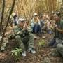 Der Musiker Paul Simon, links, beim Gebet mit Umweltaktivisten auf Hawaii. Zuvor hat er im Auwahi Forest Reserve auf der Hawaii-Insel Maui einen Baum gepflanzt.