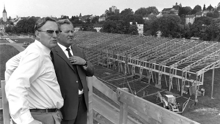 Hans Walti 1972 am Turnfest im Aarauer Schachen (rechts neben ihm der Turnverbands-Zentralpräsident René Schaerer).