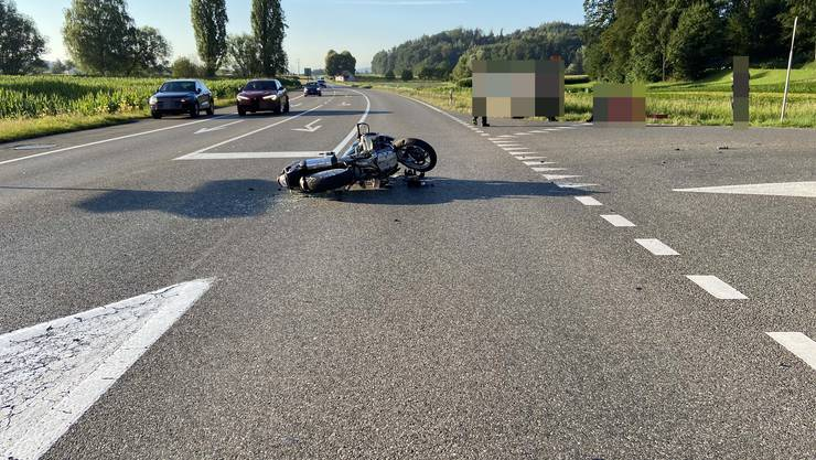 Eine Autolenkerin prallte heute in Hendschiken mit einem Motorradlenker zusammen.