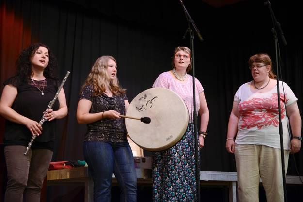 Die Jabahe-Band trug Volkslieder aus aller Welt vor.