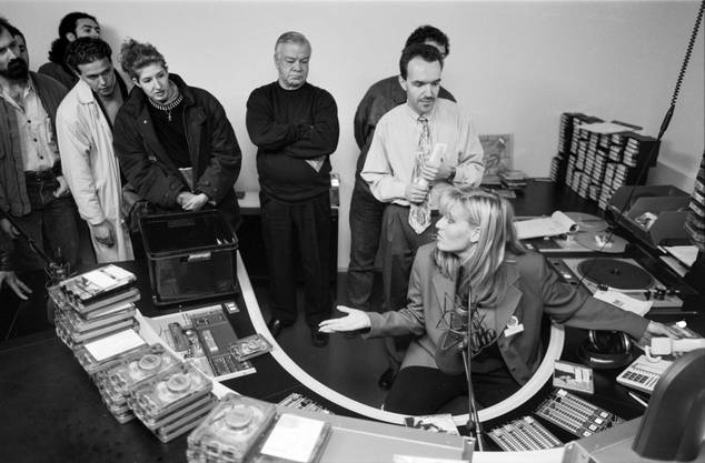 Moderatorin Patricia Boser erklärt am Tag der offenen Tür, wie das digitale Radiomachen funktioniert, 1993