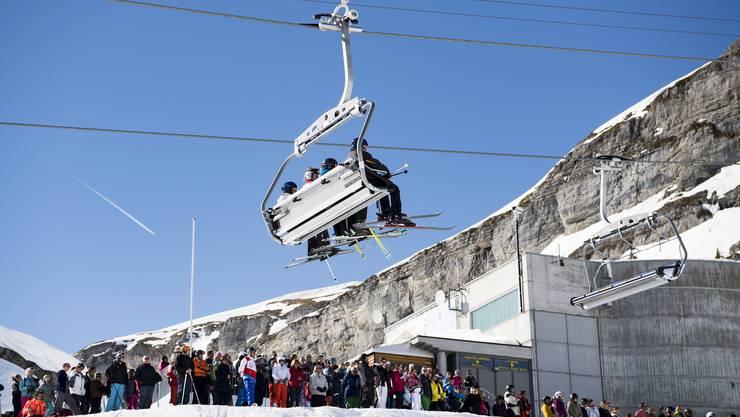 Zwei Tage nach dem Lawinenunglück in Crans-Montana VS haben am Donnerstag um 14.23 Uhr im Skigebiet zahlreiche Menschen mit einer Schweigeminute des Opfers gedacht.