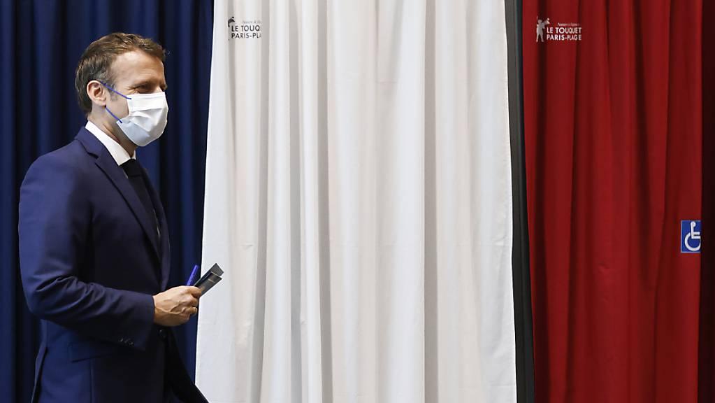 Emmanuel Macron, Präsident von Frankreich, verlässt die Wahlkabine in einem Wahllokal.