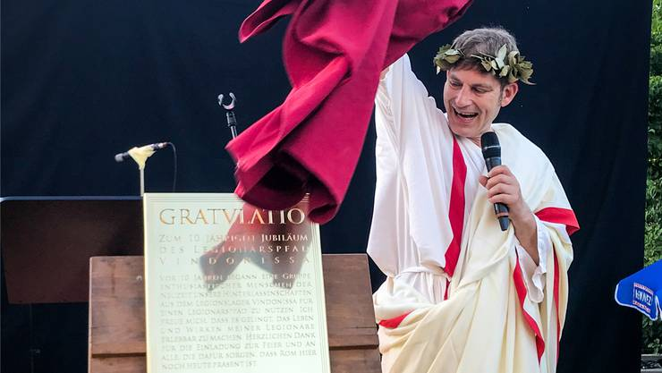 Kaiser Nero (Schauspieler David Bröckelmann) enthüllte die Gratulationstafel.