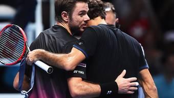 Umarmung zum Schluss: Diesmal setzte sich Roger Federer (re.) gegen Stan Wawrinka einfacher durch als vor einem Jahr