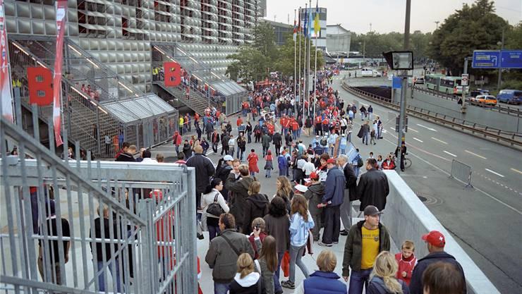 Fussballfans sorgen auch vor dem Stadion für Umsatz. Durch den Joggelihalle-Umbau mussten mehrere unabhängige Anbieter ihren Standplatz verlassen. Key/Archiv