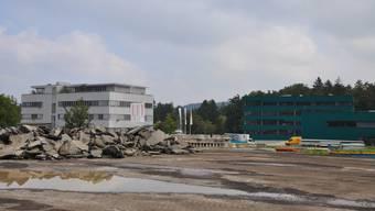 Dieses Grundstück lässt der Kanton brachliegen (links der Hauptsitz von Renault Schweiz, rechts jener von Brütsch/Rüegger).