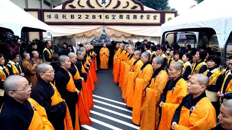 Buddhisten beten für die TransAsia-Opfer.