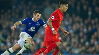 Rot gegen Blau: Evertons Leighton Baines (links) gegen Liverpools Roberto Firmino
