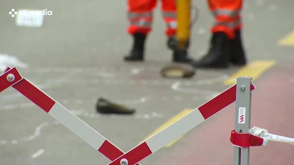 Fussgängerin bei Kollision mit LKW tödlich verletzt — Zeugenaufruf