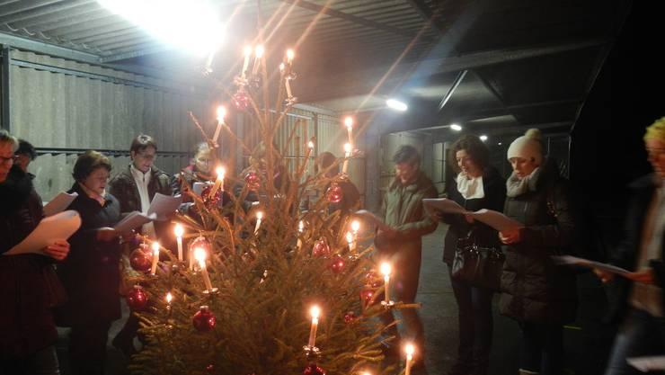 Beim Singen von Weihnachtsliedern stimmen sich die Frauen auf die Festtage ein