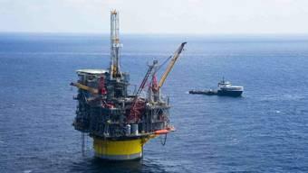 Der Ölkonzern Shell hat im dritten Quartal die niedrigeren Ölpreise zu spüren bekommen - im Bild eine Shell Ölplattform im Golf von Mexiko. (Archiv)