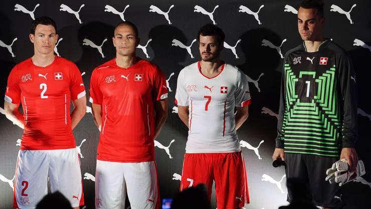 Wie eine zweite Haut: Stephane Lichtsteiner, Goekhan Inler, Tranquillo Bernetta und Diego Begnalio (von rechts) präsentieren die neuen Trikots.