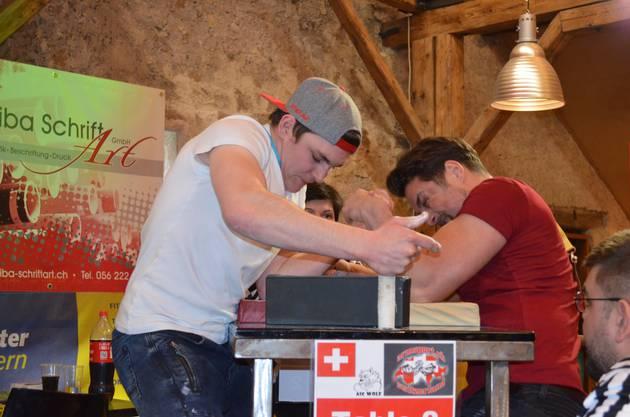 Impressionen von der 33. Schweizermeisterschaft im Armwrestling in der Trotte Villigen.Armwrestling Konzentration und Anstrengung sieht man den beiden an.