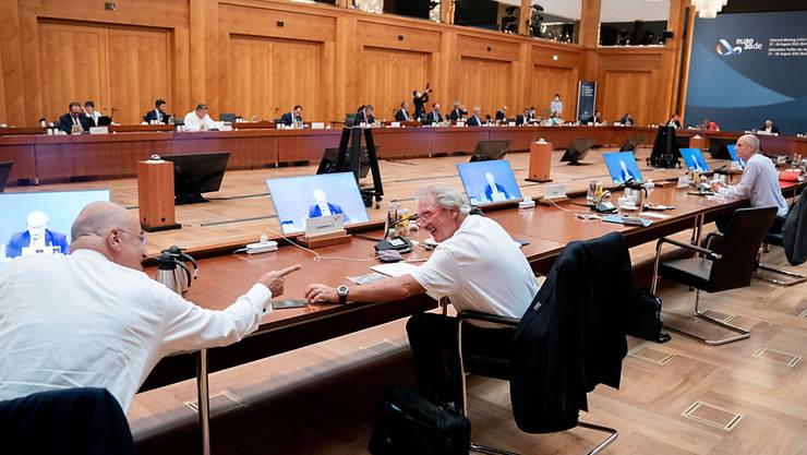 Nikos Dendias (l), Außenminister von Griechenland, und Jean Asselborn, Außenminister von Luxembourg, unterhalten sich zu Beginn der ersten Arbeitssitzung bei den informellen Gesprächen der EU-Außenminister. Foto: Kay Nietfeld/dpa