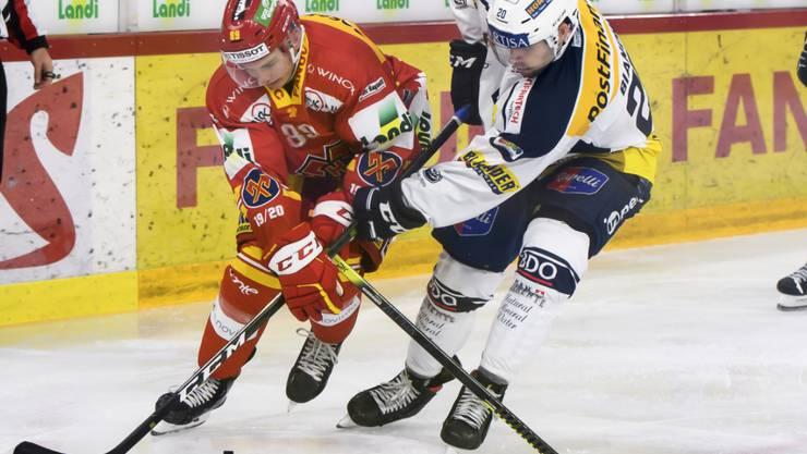Biels Tino Kessler (links) wehrt sich gegen Ambris Elias Bianchi