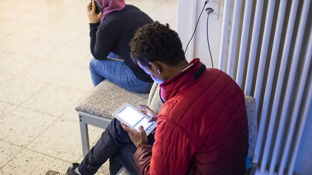 Rund acht von zehn Flüchtlingen und vorläufig Aufgenommenen in der Schweiz sind auf Sozialhilfe angewiesen, darunter viele Kinder und Jugendliche. (Symbolbild)