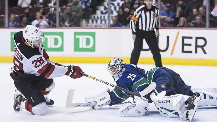 New Jerseys Damon Severson versenkt seinen Penalty gegen Vancouver-Goalie Jacob Markström.