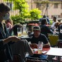 Eine Kellnerin mit Maske bedient Kunden in einem Gastrobetrieb in Lausanne. (Symbolbild)