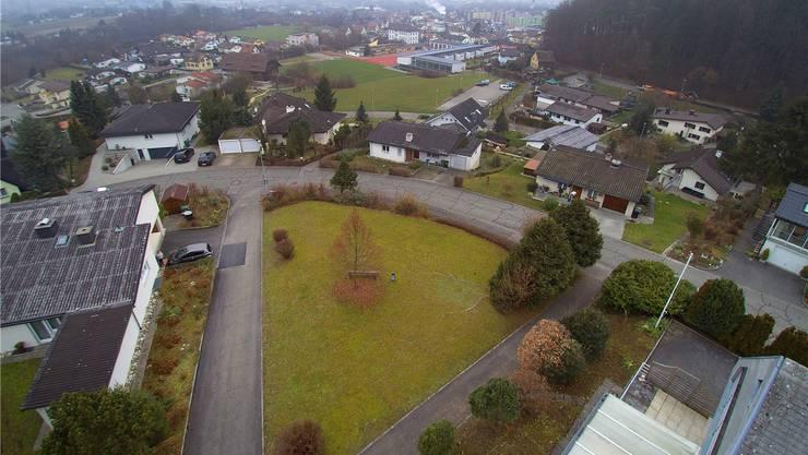 Blick von oben auf die dreieckige, freigehaltene Parzelle inmitten von Wohnhäusern an der Hegackerstrasse in Gretzenbach (Drohnenaufnahme).