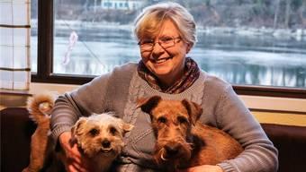 Elisabeth Schmidlin und ihre Hunde Mico (l.) und Cora können von Wohnzimmer des Chalets auf den Rhein blicken.