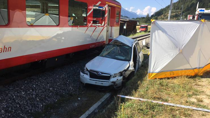 Der Lokführer der Matterhorn-Gotthard Bahn konnte die Kollision mit dem Personenwagen trotz Warnsignalen und Notbremsung nicht mehr verhindern. Das Auto wurde vom Zug erfasst und in den Bahngraben geschleudert.