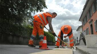 Auch Markierungsarbeiten auf der Strasse werden teilweise von Privatfirmen übernommen.