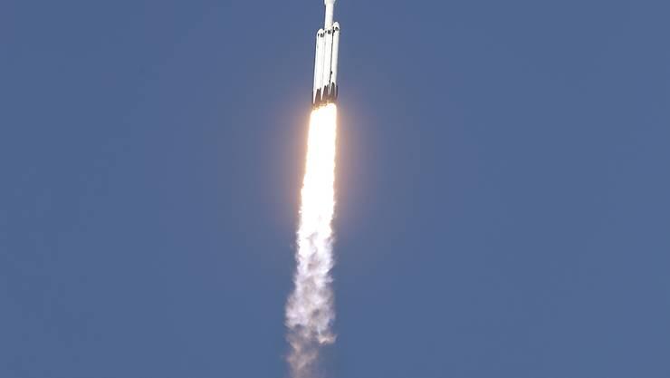 Die gegenwärtig stärkste Trägerrakete der Welt, die Falcon Heavy von SpaceX, hat in der Nacht auf Freitag ihren ersten kommerziellen Einsatz erfolgreich absolviert und einen Satelliten ins All gebracht.