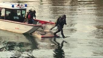 Kurz vor Mittag springt ein Mann im solothurnischen Zuchwil von einer Brücke in die eiskalte Aare und verliert dabei sein Leben. Laut der Aussage eines Zeugen handelt es sich beim Toten um einen ca. 30-jährigen Tamilen.