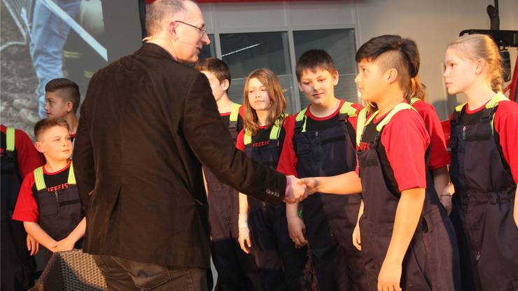 Urban Müller gratuliert den jungen Feuerwehrlern.
