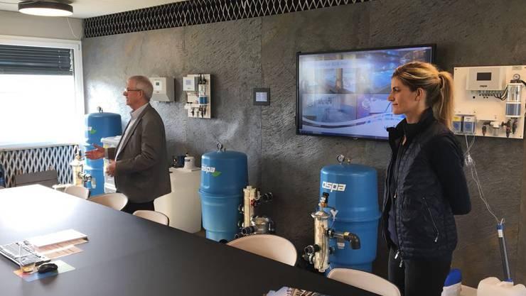 Im Showroom referieren die Geschäftsleitungsmitglieder Niklaus und  Sonja Stalder zur Geschichte und aktuellen Marktposition des Unternehmens.