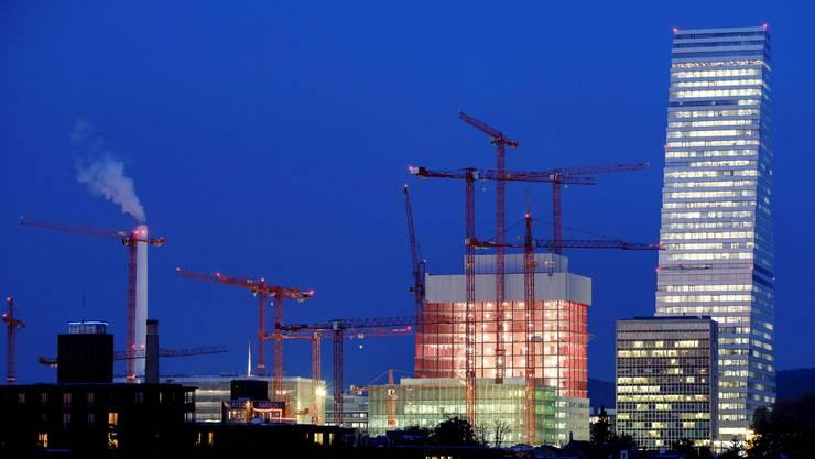 Roche forscht – und kämpft auf der Baustelle am Hauptsitz in Basel gegen Coronavirus-Infektionen.