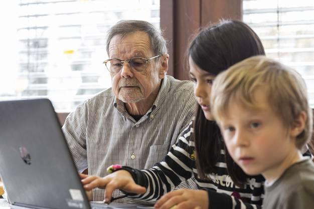 Armin Hofer unterstützt alsKlassenbegleiter die Primarschüler derSchule Fondli Dietikon ein Mal pro Woche.