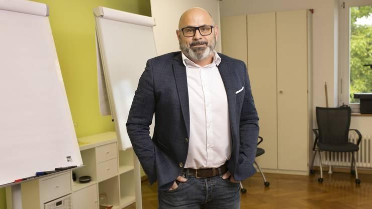 Joachim Redondo im Sitzungszimmer des Reinacher Schulhauses Unterdorf.