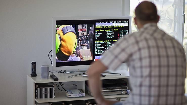 Die TV-Nutzung ist in der Schweiz im zweiten Semester 2017 stabil geblieben. Die 15- bis 29-Jährigen schauen allerdings durchschnittlich eine halbe Stunde weniger pro Tag fern als die Durchschnittsbevölkerung.