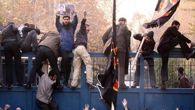 Studenten stürmen die britische Botschaft in Teheran
