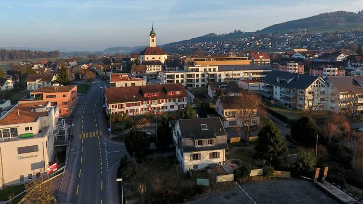 Die Poststrasse und der Dorfkern von Seengen im letzten März.