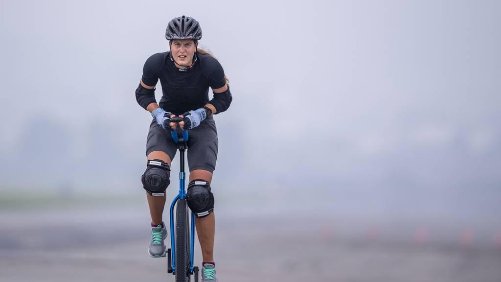 Mirjam Lips schlägt ihren eigenen Einrad-Weltrekord