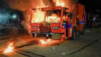 Bereits in zwei aufeinanderfolgenden Nächten wurde demonstriert, unter anderem wurden auch Fahrzeuge angezündet.