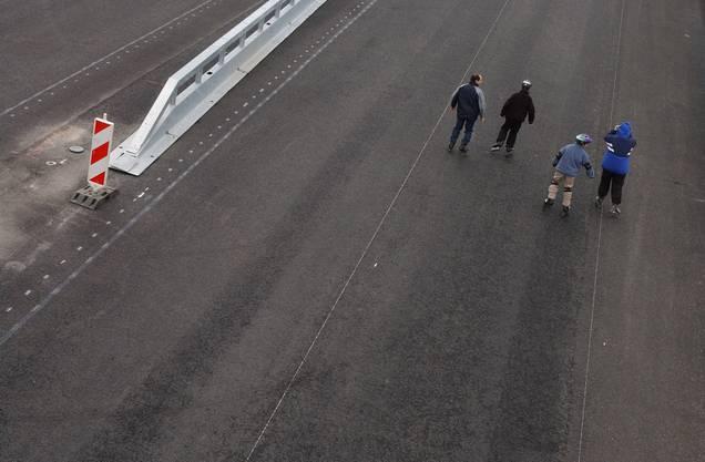 2002: Die Autobahn ist für Fussgänger zugänglich.