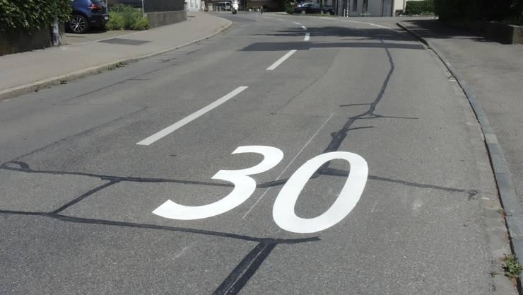 Eingangs der Tempo-30-Zonen wurden solche Markierungen auf die Strasse gesprayt.